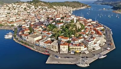 <p><strong>Twee eilanden in één</strong><br /> Poros is een klein, idyllisch eilandje in de Saronische Golf. Het is maar 23 km2 groot en telt ongeveer vijfduizend vaste inwoners. Poros bestaat uit twee eilanden: Sferia en Kalavria. Sferia is het kleinste eiland, het is een vulkanisch eiland, hierop is de stad Poros gebouwd. Het grotere eiland, Kalavria, is het vruchtbare stuk, bezaaid met dennebossen en olijfbomen. Tussen de twee eilanden is een smal kanaal, de twee eilanden zijn met een brug verbonden. De stranden van Poros zijn te vinden op Kalavria.</p>