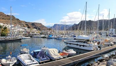 Je kunt perfect op ontdekkingstocht gaan in de omgeving. Wandel bijvoorbeeld eens over het kustpad Paseo Costa Canaria of ontdek het Playa de las Burras-strand, de duinen van Maspalomas, het Playa de Amadores-strand, de bekende rots Roque Nublo, de haven van Mogán, de historische stad Agüimes en het bisschoppelijk paleis. Je kinderen zullen zich enorm kunnen uitleven in de diverse nationale en waterparken die het eiland rijk is. Je vindt er ook winkelcentra, musea, theaters, auditoria, openluchtpodia met concerten en tal van bars met een bruisend nachtleven.
