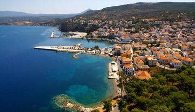 Het hotel bevindt zich ten zuiden van de Peloponnesos in de streek Messinia. Het is een ongerepte regio met heel wat excursiemogelijkheden die je zeker zullen bekoren<b>. </b>Je verblijft onmiddellijk aan een 1 km lang zandstrand, op 50 minuten rijden van de luchthaven van Kalamata en op 3u30 rijden van de luchthaven van Athene. Je vindt er ongerepte baaien, eindeloze zandstranden, maar ook gezellige authentieke stadjes en dorpjes zoals het mooie havenstadje Pylos.