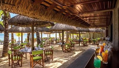Je verblijft op basis van half pension. Het ontbijt en diner zijn dus inbegrepen in de prijs. Naast het hoofdrestaurant 'L'Harmonie' is er ook nog Il Gusto', een Italiaans restaurant, 'Umami': een pan-Aziatisch restaurant, 'La Plage': een restaurant met de voeten in het zand, 'Mahogany': een bar-terras voor snacks en patisserie tijdens de dag, en 'Butik: een bar en strandkiosk, open tot zonsondergang. Je mag overal gaan eten, maar voor sommige restaurants is reservatie verplicht en sommige gerechten vallen buiten de half pension formule en zijn dus bij te betalen. Mits reservatie heb je ook toegang tot de restaurants en bars van het Paradis Golf Resort & Spa.