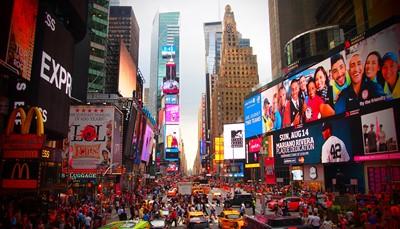 Eén van de grootste pluspunten van dit fantastische hotel is de locatie. In het hartje van Manhattan, op slechts enkele minuten van Times Square. Het is de ideale uitvalsbasis om karakteristieke plekken te verkennen zoals Central Park, Rockefeller Centre, Empire State, Carnegie Hall en de luxueuze winkels op de Fifth Avenue. Deze buitengewone locatie zorgt ervoor dat het hotel een ideale plek is om hetleven te ervaren als een New Yorker.