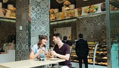 """In het hotel kun je eten in restaurant<i> Fashion</i>. 's Morgens wordt daar het ontbijtbuffet geserveerd, en 's middags en 's avonds kun je er à la carte eten. Zin in een snack of een drankje voor onderweg? Maak dan een stop in de meeneembar <i>Capital</i>. Maar de keuze eindigt daar niet. Het hotel is namelijk gelegen in de zogeheten """"<a href=""""http://www.restaurantrownyc.com/"""" target=""""_blank"""">Restaurant Row</a>"""", een wijk die bekend staat voor de beste restaurants van New York. Aan eetgelegenheden in de buurt geen gebrek, dus!"""