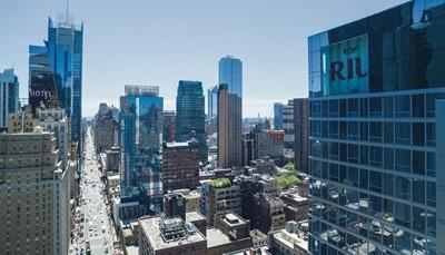RIU deelt hotels in volgens categorieën om je een duidelijk beeld te geven van het soort hotel dat je boekt. Het Hotel RIU Plaza New York Times Square is een Plaza Hotel. Dat zijn stadshotels met een luxe en service van het hoogste niveau, een elegant interieur, en moderne vergader- en congresruimtes. RIU Plaza Hotels zijn gelegen in bruisende wereldsteden en zijn de geknipte plaats voor een citytrip, een zakenreis of een evenement.