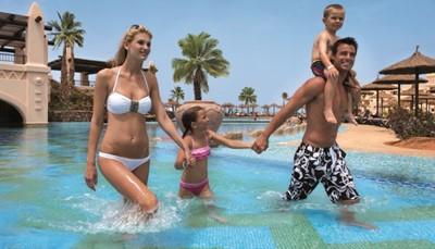 In de eerste plaats: ontspannen! Dat kan aan het zwembad, in de drie zoutwaterzwembaden, de jacuzzi, de hammam, op het zonneterras of in de prachtige infinity pool. In de Spa laat je je (mits bijbetaling) verwennen met een ruim aanbod behandelingen en massages. Ondertussen zorgt het animatieteam de hele dag en avond voor entertainment. Daarnaast kun je tafeltennissen, volleyballen, fitnessen, en duiken. 's Avonds kun je dansen op goede muziek in de club, naar livemuziek luisteren, shows bijwonen of eenvoudig aan de bar genieten van het Kaapverdische briesje.