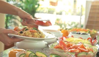 Je verblijft op basis van all inclusive, want betekent dat de maaltijden en de meeste dranken in de prijs zijn inbegrepen. Je begint de dag met een gevarieerd ontbijtbuffet. 's Middags lunch je in buffetvorm met een uitgebreide keuze aan desserts. Tussendoor zijn er ook lichte maaltijden te verkrijgen in het snackrestaurant. 's Avonds eet je in het hoofdrestaurant in buffetvorm. Zin in wat afwisseling? Dan ga je naar het Italiaanse of Aziatische à la carte restaurant. Deze zijn ook inbegrepen in de prijs, maar reserveren is verplicht. Ook een selectie van nationale alcoholische en niet-alcoholische dranken zijn inbegrepen tot 24u.