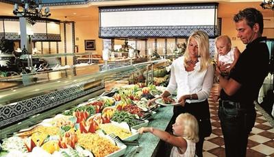 Je verblijft op basis van all inclusive, dus je ontbijt, middagmaal, snacks en avondmaal zijn inbegrepen in de prijs, zowel in de vorm van uitgebreide buffetten als in de vorm van gerechten die ter plaatse voor je worden bereid. Tijd voor wat afwisseling? Dan kies je voor een alternatief avondmaal in het Andalusisch restaurant of in het restaurant bij het zwembad (grill of Italiaanse keuken). Ook een selectie van nationale alcoholische en niet-alcoholische dranken in de bars en restaurants van het hotel zijn 24 op 24 inbegrepen in de prijs.