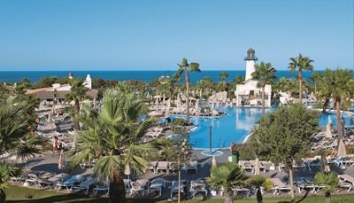 Het ClubHotel Riu Chiclana ligt aan een prachtig strand, op een van de charmantste plekjes van Andalusië. Het hotel wordt in de winter van 2017 volledig vernieuwd en ook de All Inclusive ziet er aantrekkelijker uit dan ooit: 24 op 24 word je hier verwend met gratis drankjes en snacks. Voeg daarbij het uitgebreide sportaanbod en de aanstekelijke animatie, en je vakantie kan niet meer stuk!