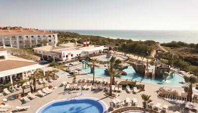 HetSpaanse clubhotel Riu Chiclanaligt aan het strand la Barrosa, aan de Costa de la Luz. Het is een prima uitvalsbasis om unieke plekjes in Andalusië te bezoeken, zoals de Santa Ana-heuvel, met prachtige uitzichten over de hele streek, de prachtige stad Cádiz, of Arcos de la Frontera, een van de mooiste dorpen van Spanje. Vraag ons gerust meer informatie voor uitstapjes in de omgeving. Het hotel ligt op 200 m van het strand, dat bereikbaar is via trappen. Je vindt een winkelcentrum op 2km, een bushalte op 30m, en het centrum van Chiclana ligt op 8 km van het hotel. Het hotel is +/- 60 km verwijderd van de luchthaven, maar het vervoer heen en terug is voorzien en inbegrepen in de prijs.