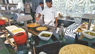 Je verblijft op basis van half pension, bestaande uit ontbijt en avondeten. 's Morgens is er een gevarieerd buffet, en 's avonds een buffet bestaande uit warme en koude voorgerechten, een hoofdgerecht en een dessertbuffet. Je kunt ook (zonder extra kost maar mits reservering) dineren in een van de à la carte restaurants. Middageten en snacks zijn ook te verkrijgen, maar zijn betalend. Er zijn drie bars in het resort: de Rose Bar in de lobby, La Baroque, een salonbar met terras en de bar bij het zwembad, Blue de Mar.