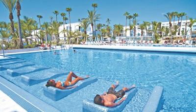 Er zijn drie gewone zwembaden, twee panoramazwembaden en een kinderzwembad. Sommige van de zwembaden zijn gereserveerd voor volwassenen. Er zijn gratis ligstoelen, kleedhokjes, parasols en badhanddoeken bij het zwembad. Je mag gratis gebruik maken van de fitness, jacuzzi, stoombad en het zonneterras met gratis ligzetels. Er is in het hele hotel gratis draadloos internet. Er is een wellnesscenter &quot;Body Love&quot; met verschillende (betalende) behandelingen.<br /> &nbsp;