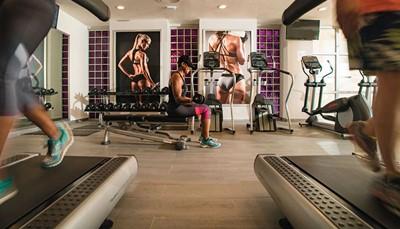 In het hotel kun je allerlei activiteiten doen, sport beoefenen, of een frisse duik nemen in de ongelofelijke zwembaden. Daarnaast is er een activiteitenprogramma om je zowel gedurende de dag als 's nachts te vermaken, met als hoogtepunten deshows en live muziek. Wil je liever wat ontspannen? Dan is er deRenova Spa, een sensationeel spacentrum waar je kunt genieten van een sauna, een jacuzzi, een fitnessruimte en een grote verscheidenheid aan lichaams- en schoondheidsbehandelingen zodat je helemaal heropgeladen terugkeert van je vakantie.