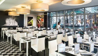 Het gastronomische aanbod van het hotel Riu Reggae staat bekend om zijn grote verscheidenheid. Je kunt genieten van heerlijke Italiaanse en Aziatische gerechten, maar ook van het beste vlees in de steakhouse. En omdat het je aan niets mag ontbreken tijdens je verblijf, vind je in dit all-inclusive hotel ook nog drie bars waar je allerlei drankjes en aperitiefjes kunt bestellen in verschillende zones van het hotel.