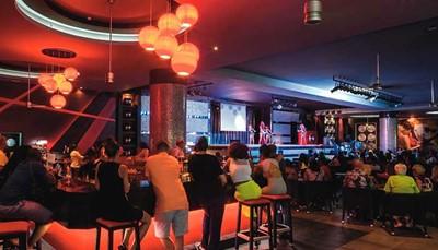 De ligging vanHotel Riu Republicain Playa de Arena Gorda is perfect voor allerlei soortenactiviteiten in het water en in de buitenlucht.Daarvoor kun je je aansluiten bij hetentertainmentprogrammavan RIUdat windsurfen, kajakken, snorkelen en zelfs een duiktest in het zwembad omvat evenals overige sporten zoals waterpolo of handbal gymnastiek, aquagym, BBB… Een voor diegenen die 's avonds plezier willen hebben, is er een levendige discotheek en een avondprogramma met livemuziek en optredens.
