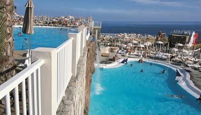 Het hotel is gelegen op een klippenkust bij de zee, op 2 km van het zandstrand van Amadores. Een gratis busje brengt je naar het strand. Winkels vind je op 900m. Als je een uitstapje wil maken, kun je een bushalte vinden op 100m. Puerto Rico ligt op 2 km van het hotel. Het hotel bevindt zich op +/- 50 km van de luchthaven, maar het vervoer heen en terug is voorzien en inbegrepen in de prijs.<br /> Opgelet: Het hotel is niet aan te raden voor wie slecht ter been is.