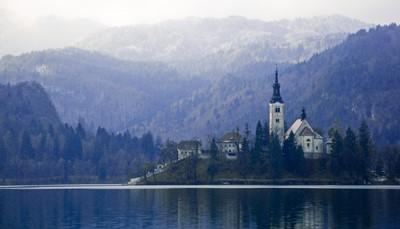 <p>Nabij het Triglav Nationaal Park ligt de stad Bled, vooral bekend voor het beroemde Meer van Bled, met zijn imposante burcht en zijn eilandje met de barokke Maria Hemelvaartkerk. Dankzij het milde klimaat en de warmwaterbronnen, is het water hier in juni al &plusmn; 23&deg;C en kan er tot begin oktober in het meer gezwommen worden.</p>