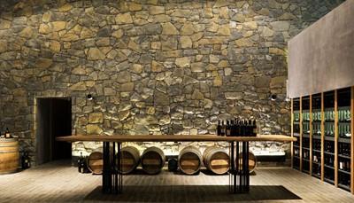 <p>Je verblijft in een kleinschalig, stijlvol ingericht hotel, met een lekkere keuken en een indrukwekkende design-wijnkelder. De ligging in het &quot;Toscane van Slovenië&quot;, op een heuveltop met rondom wijngaarden en een prachtig uitzicht, staat garant voor een buitengewoon verblijf.&nbsp;</p>