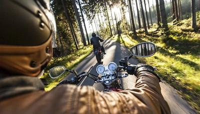 <p>We geven je de keuze uit meerdere modellen: voor één persoon (standaard) of voor twee personen (mits supplement). Trouwens, voor wie interesse heeft in dit magnifieke stukje rijplezier maar niet warm loopt voor een Harley-Davidson, zijn er ook sportievere en snellere modellen beschikbaar zoals de BMW R1200.</p>