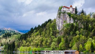 <p>Slovenië staat bekend voor haar ongerepte natuur, haar wijnen (waaronder de oranje wijn), en haar gastronomie. Je roadbook brengt je langs de mooiste plekken waaronder het indrukwekkende Triglav Nationaal Park, het meer en de burcht van Bled, de wijnstreek en de kust.&nbsp; We hebben een route uitgestippeld die je brengt naar drie tophotels, waar je steeds verblijft op basis van kamer en ontbijt.</p>