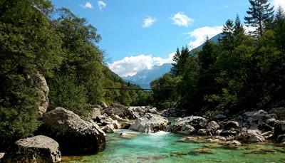 <p>Je rijdt door het indrukwekkende Triglav Nationaal Park, via de Vršičpas (hoogste bergpas van Slovenië met maar liefst vijftig haarspeldbochten en een fenomenaal uitzicht) en het aangename dorpje Bovec naar een van de mooiste dalen van de Alpen, de Soča vallei. Je bezoekt ook Goriška Brda, één van de meest ongerepte streken van Slovenië en befaamd voor zijn excellente wijnen.</p>