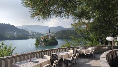 <p>Je verblijft in Hotel Vila Bled: een rustig, idyllisch gelegen villa op 2,5 km van het centrum, met zicht op het bekende eilandje in het meer. Je mag gratis gebruik maken van een bootje om op het meer te varen. Het hotel heeft een verfijnde keuken en topservice. Alle kamers zijn ingericht in de oorspronkelijke stijl van de jaren 1950, met het originele art Deco meubilair.</p>