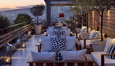 Hier verblijf je 2 nachten. De stijlvolle kamers van dit designhotel zijn uitgerust met gratis wifi, geluidsinstallatie, en een lcd-tv met satellietzenders. Toiletartikelen en slippers zijn steeds aanwezig. Je kan ontspannen in de sauna of hamam, of een duikje nemen in het buitenzwembad op het dak. De rooftop Air Lounge Bar-Restaurant serveert naast het zwembad mediterrane specialiteiten. Hier kan je genieten van een drankje met zicht op de skyline en de Akropolis.