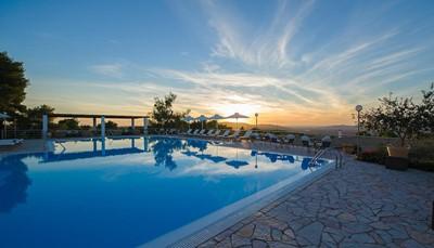 Hotel Olympion Asty ligt vlak bij het centrum van Olympia en de historische ruïnes. De ruime kamers hebben elk een balkon, marmeren vloeren en een gezellige zithoek. Ze zijn ook uitgerust met gratis wifi, tv, koelkast en airco. Vanaf het terras met buitenzwembad geniet je van een schitterend uitzicht op Olympia. In de tuinen van het hotel kan je even tot rust komen. Het strand van Kaiafas ligt 20 km verderop. Je verblijft hier 2 nachten.
