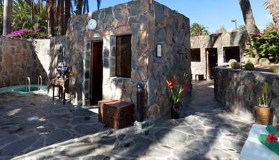 Er is ook een wellnesscenter in het hotel. Je mag gratis gebruik maken van sauna en zwembaden, maar massages en schoonheidsbehandelingen zijn bij te betalen. In de bio sauna, met een temperatuur van een aangename 60 graden, geniet je van kleurentherapie en aromatherapie om je energiebalans te herstellen. Er is ook een Finse sauna (90&ordm; C) met nadien een verkwikkende koude douche om gifstoffen af te drijven en je immuunsysteem te versterken. In het stoombad kun je munt en eucalyptusdampen inademen om je luchtwegen open te zetten en beter te kunnen slapen. Opgelet: kinderen jonger dan 14 jaar zijn niet toegelaten in dit gedeelte van het hotel.<br /> &nbsp;