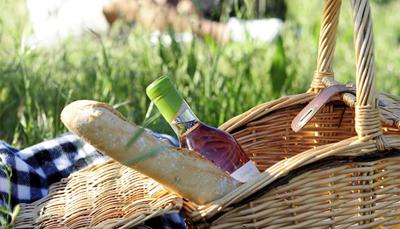 <p>Je gaat één dag toeren langs rustige wegen en om het helemaal romantisch te maken, gaat ook de rijkelijk gevulde picknickmand mee. Ter compensatie van het vierwielergenot, bol je de volgende dag met een e-bike of BMC-fiets. Uiteraard - we zijn tenslotte in Frankrijk - ronden we af met een lekker 3-gangen diner in een van de beste hotels van de Provence, Coquillade Village.&nbsp;</p>