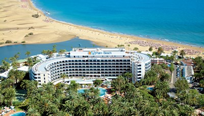 Het hotel is rustig maar centraal gelegen en omgeven door een idyllische oase van palmbomen, vlak aan de rand van natuurgebied <i>la Charca de Maspalomas</i>. Vanuit het hotel kun je gemakkelijk naar het strand (op 50 meter) om daar te genieten van de zon, of een wandeling maken door de tuinen van het hotel. Bezoek ook eens de goudgele duinen van Maspalomas (op 100 meter), de 19e-eeuwse vuurtoren (Faro de Maspalomas) en de promenade (op 250 meter) met restaurants, bars en winkeltjes. Het centrum van&nbsp;Playa del Inglés ligt op 5 km.&nbsp;