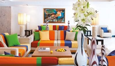 Er zijn slechts 200 hotels in de hele wereld die zich Design Hotel mogen noemen, en Seaside Palm Beach is er een van. Het ontwerp voor de Seaside Palm Beach is van de Franse architect Alberto Pinto. Hij koos voor neo-vintage benadering een gesofisticeerde en artistieke inrichting in retro stijl met een moderne toets. De sprekende kleuren en de contrasterende materialen vormen een duidelijke ode aan de jaren 70, maar dan in een gemoderniseerde uitvoering.