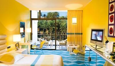 Voor de inrichting van de kamers heeft Alberto Pinto gekozen voor vier opvallende retro kleurenschema&rsquo;s die de schoonheid van de Canarische Eilanden moeten weerspiegelen. De warme kleuren staan voor de typische gloed van de zonsondergang, terwijl de koude kleuren de tinten van de zee vertegenwoordigen. De kamers zijn ingericht in de combinaties beige-bruin, geel-turquoise, groen-violet en koraalrood-blauw.&nbsp;<br /> &nbsp;