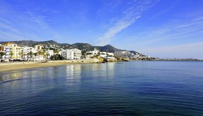 """<span style=""""color:#FF0000;""""><strong>El Garraf: zee, strand en gezelligheid</strong></span><br /> Sitges, in El Garraf, ligt op een half uur rijden van Barcelona en is perfect bereikbaar per trein. In dit historische vissersstadje voelt iedereen zich thuis. Je hebt 26 stranden om uit te kiezen, en met 320 dagen zon per jaar, is het bijna altijd een mooie dag op naar het strand te trekken. Geen zin in het strand? Bezoek dan de visserwijk in het gezellige oude stadsgedeelte en geniet van een tapa bij een heerlijk glas Penedès wijn.<br />"""