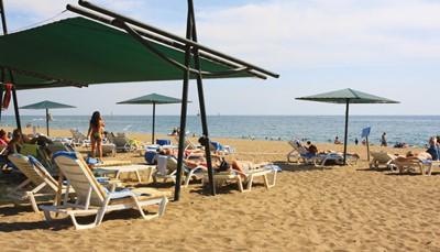 """<div style=""""text-align: justify;"""">Turkije is sowieso een heerlijke zomerbestemming, met gemiddelde temperaturen rond de dertig graden. Je zal dus vooral genieten van de Turkse zon: aan het zwembad, of aan het strand, dat vlak aan het hotel op je wacht. Maar in dit hotel zit je niet geïsoleerd van je omgeving. Het ligt namelijk op 6 km van Side, dus met de bus sta je zo in deze havenstad, waar je kunt flaneren over de boulevard of iets gaan eten. Je zit ongeveer 70 km van de luchthaven, maar de bus transfer tussen het hotel en de luchthaven is voorzien, en in de prijs inbegrepen.</div>"""