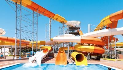 """<div style=""""text-align: justify;""""><br /> Over deze vakantie zullen je kinderen nog lang navertellen. Het hotel heeft namelijk een<b> </b>gratis aquapark met maar liefst dertien glijbanen: vier kronkelglijbanen, een glijbaan met meerdere lanen, een buisglijbaan, twee trechterglijbanen, twee boomerangs, een sidewinder, een kids waterspuitpark, en een kids miniglijbanenpark. Bereid je dus maar voor op het zinnetje &ldquo;Ik ga nog eens, oké?&rdquo;.</div>"""