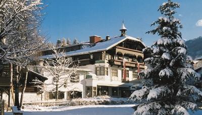 Het hotel is gelegen op slechts vijf kilometer van Innsbruck, de hoofdstad van de Oostenrijkse deelstaat Tirol. Het ligt aan de voet van de Patscherkofel, bekend van de Olympische winterspelen. Het is een rustige, maar tegelijk centrale locatie, waar je geniet van frisse berglucht, adembenemende vergezichten en een prachtige omgeving.