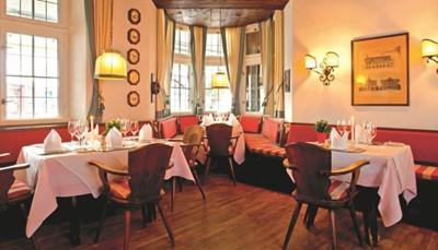 In de restaurants geniet je van zowel traditionele Oostenrijkse gerechten als van een meer internationale gerechten. De restaurants zijn elke dag open. Er worden verse, plaatselijke ingrediënten gebruikt. In de prijs is het ontbijtbuffet en 5 gangenkeuzediner (ook vegetarisch) inbegrepen. Twee keer per week is er een themabuffet en een keer per eek week gourmetdiner. Op Kerstavond is er een galadiner en op Oudejaarsavond een galadiner met bal, livemuziek en vuurwerk (met tussen 19u-22u een kinderparty t.e.m. 12 jaar)