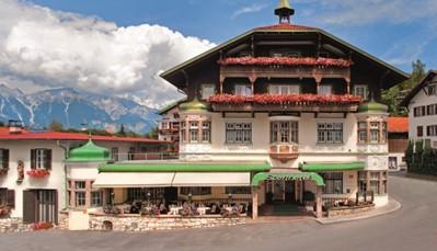 Entre ville et montagne, le quatre étoiles Innsbruck Sporthotel Igls jouit d'une situation à la fois centrale et calme. Cet élégant hôtel de qualité à la jolie décoration intérieure offre d'excellentes infrastructures de soins et de détente. Sportif ou amateur de culture, chacun se sent comme chez lui. La cuisine est remarquable et le service parfait, dans une atmosphère détendue et personnelle. Le wifi est gratuit dans tout l'hôtel. Vous disposez également gratuitement d'une piscine couverte, d'un sauna, d'un bain de vapeur, d'un bain à remous, d'une salle de fitness, d'une cabine à infra-rouge et de tables de ping-pong.