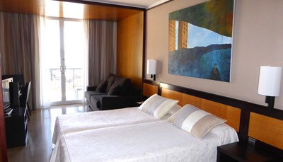 <br /> Het hotel telt 64 kamers (25 m&sup2;): standaard met zicht op het zwembad (max. 3 personen, extra bed 3de volwassene &euro; 44/nacht), of deluxe met zeezicht (max. 2 personen), of een heel aparte artista kunstenaars&shy;kamers (max. 2 personen) mits toeslag per persoon per nacht. Elke kamer heeft een bad/douche en wc, haardroger, telefoon, televisie, internettoegang, minibar, kluisje, airconditioning.<br /> &nbsp;