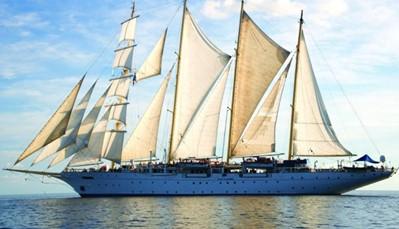 """<div style=""""text-align: justify;"""">De Royal Clipper&nbsp;is het grootste echte zeilschip dat ooit werd gemaakt.&nbsp;Aan boord van dit schip voel je in elk detail van de inrichting de nostalgie en romantiek van vervlogen zeemanstijden, maar wel met het comfort van een modern schip. Er&nbsp;kunnen maximum 227 opvarenden mee. De sfeer aan boord is heerlijk ontspannen en luxueus. Op het schip vind je drie zwembaden, een bibliotheek, een restaurant, twee bars en verschillende soorten kajuiten. Uniek is de Captain Nemo lounge, waar je bij het genot van een drankje naar het onderwaterleven kunt kijken.&nbsp;</div>"""