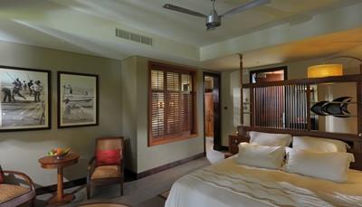 <p><b>De accommodatie</b><br /> Elke kamer is uitgerust met terras of balkon, gratis wifi, media hub, ruime badkamer met dressing, bad, douche en toilet. Met uitzondering van de Junior Suites (foto&rsquo;s) en de Family Suites op de 1ste verdieping, beschikt elke kamer over een buitendouche.</p>