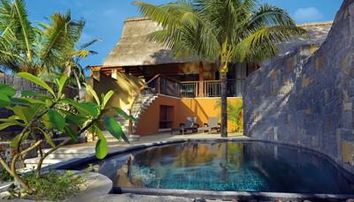 <p><b>Privézwembad in Beachfront Suite en Villa</b><br /> De Beachfront Suites en Villa&rsquo;s zijn voorzien van een privézwembad (foto) en een Nespresso &reg; apparaat. De Villa&rsquo;s beschikken tevens over een dvd-speler, hifi-installatie, multi-unit oplader en butler service.</p>