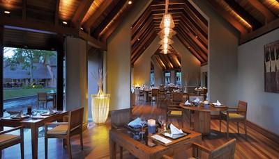 <p><b>Restaurants en bars</b><br /> &lsquo;L&rsquo;Oasis&rsquo;, hoofdrestaurant met uitzicht op het zwembad en de zee. Live cooking, internationale keuken, grill. Ontbijt en diner in buffetvorm, 6 avonden per week geopend. &lsquo;Le Deck&rsquo;, strandrestaurant,&rsquo;s middags lunch à la carte, &rsquo;s avonds op reservatie. &lsquo;Blue Ginger&rsquo; (foto), Thais restaurant en &lsquo;Mahiya&rsquo;, Indisch restaurant, 6 avonden per week geopend, enkel voor volwassenen. Diner mits reservatie.</p>
