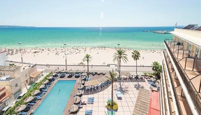 """<div style=""""text-align: justify;"""">Het hotel ligt vlak aan het strand, slechts gescheiden van de zee door de wandelpromenade. Je bent hier op een steenworp van de oude binnenstad van Palme (9 km). Het centrum is makkelijk te bereiken via de bus. 100 meter van het hotel kan je er een nemen. De luchthaven ligt 4.5 km van het hotel.</div>"""