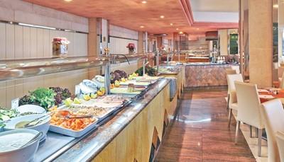 """<div style=""""text-align: justify;"""">Je verblijft in het hotel op basis van halfpension. De maaltijden worden geserveerd in het buffetrestaurant met showcooking. In de bar kan je relaxen met een drankje. Overdag kan je ook terecht in de snackbar voor een kleine hap.</div>"""