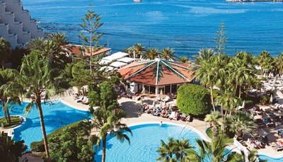 TUI Sensimar Arona Gran Hotel &amp; Spa**** is rustig gelegen. Aan het einde van de promenade direct aan de zee, maar toch vlak bij het gezellige centrum van Los Cristianos. Je hebt er een prachtig uitzicht over het water en de vissershaven van Los Cristianos. <ul> <li>Op 400 m van het hoofdstrand</li> <li>Op 500 m van het centrum van Los Cristianos (via de promenade)</li> <li>Op &plusmn; 15 km van de luchthaven (transfer heen en terug inbegrepen)</li> </ul>
