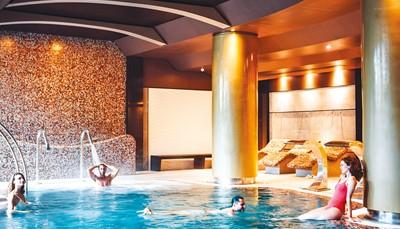 Het Spa-Thalasso Arona Gran is een verademing voor lichaam en geest. Van massages tot holistische programma's: je vind er vast de behandeling die het beste bij je wensen past. Meer weten over het gevarieerde aanbod van behandelingen? Contacteer ons vrijblijvend voor meer informatie.