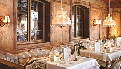 Wie culinair écht wil genieten, kan dat in Singer's Tiroler Stube. Het à-la-carterestaurant van dit hotel werd vorig jaar bekroond door zowel de Falstaff Restaurangids, als Gault&Millau. Kloppend hart van het Singer Sporthotel & Spa is echter Restaurant 1928. Historische plafondschilderingen, traditioneel houtsnijwerk en een elegant interieur maken van dit restaurant een echt paradepaardje. Vraag een tafel aan het raam, daar heb je prachtige zichten over het berglandschap.