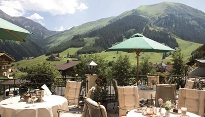 Op ca. 100 m van het dorpscentrum van Berwang, direct naast de zetellift 'Sonnalmbahn', die je zo in de ongerepte natuur van de bergen brengt. Ontspannen kan in de zeer mooie hoteltuin met ligzetels, een kleine waterval en zelfs een blotevoetenpad.