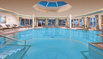 """<ul> <li>Groot wellnesscentrum 'Singer's Spa' (3 verdiepingen!) in een prachtige tuin van 10.000 m<font face=""""Arial, sans-serif"""">²</font>:</li> <li>Verwarmd openluchtzwembad (ca. 12 x 7 m) met ligstoelen, parasols en handdoekenservice</li> <li>Overdekt zwembad (ca. 11 x 8 m)</li> <li>Sauna's (toegankelijk vanaf 16 jaar)</li> <li>Dampbad, watervalgrot en belevenisdouche</li> <li>Rustruimte met open haard en ligstoelen</li> <li>Relaxatieruimte met waterbedden</li> <li>Fitness</li> </ul>"""