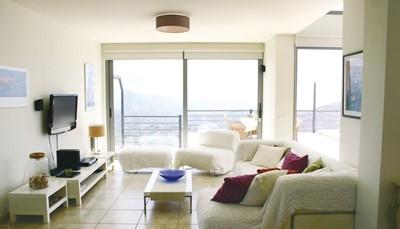 Behalve de vier slaapkamers op de eerste verdieping, heb je een open keuken met alle faciliteiten, een woonkamer, drie badkamers waarvan twee met douche en toilet, en eentje met ligbad. Er is ook een televisie met schotelantenne aanwezig, een stereo en cdspeler, een DVD speler. Er is gratis WIFI aanwezig